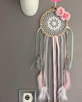 Dream catcher en dentelle au crochet, coloris rose poudré, blanc et gris