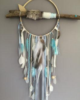 Attrape-rêves Dreamcatcher en bois flotté et fausse fourrure grisée  – bleu ciel et gris