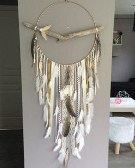 Attrape rêves Dreamcatcher géant diametre 40 cm et longueur 120 cm, plumes naturelles tons or beige ivoire