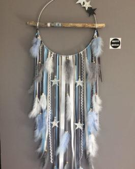 Attrape-rêves dreamcatcher en bois flotté, coloris bleu ciel, blanc, gris et étoiles. Grand modèele