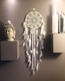Attrape rêves Dreamcatcher geant en dentelle au crochet, coloris blanc et plumes paillettes – diametre 30 cm et longueur 110 cm