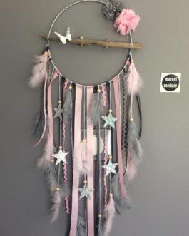 Attrape rêves Dreamcatcher en bois flotté et étoiles, en coloris gris et rose.