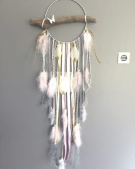 Attrape-rêves en bois flotté, et plumes paillettes dans des tons de rose, gris, blanc et doré