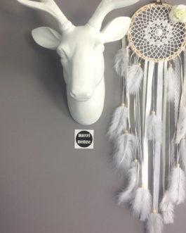 Attrape-rêves / dreamcatcher en dentelle et fleurs tissus dans des tons de beige et blanc