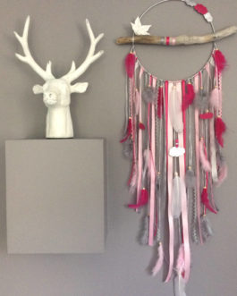 Grand Attrape-rêves dreamcatcher en bois flotté, origami, plumes et perles bois coloris rose poudré, fuchsia et gris – grande dimension