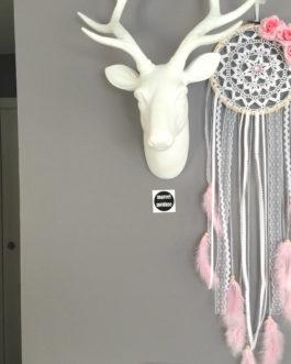 Attrape-reves en dentelle, plumes, fleurs tissus et perles bois en blanc et rose