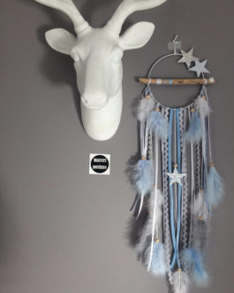 Attrape-rêves dreamcatcher en bois flotté dans des tons de gris, blanc et bleu ciel avec étoiles  – dreamcatcher