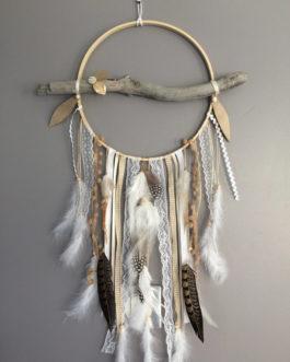 Attrape rêves / dreamcatcher / attrapeur de rêves en bois flotté, dentelle, plumes de pintade