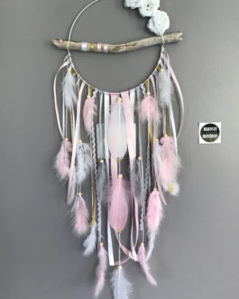 Attrape rêves en bois flotté, plumes, fleurs et perles bois tons rose poudré, blanc et doré