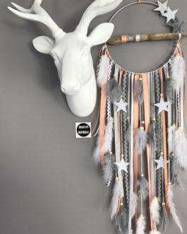 Attrape rêves / dreamcatcher / attrapeur de rêves en bois flotté, origami, plumes et perles bois dans des tons de gris et corail/saumon