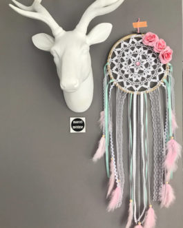 Attrape-reves en dentelle, plumes, fleurs tissus et perles bois en blanc, mint et rose