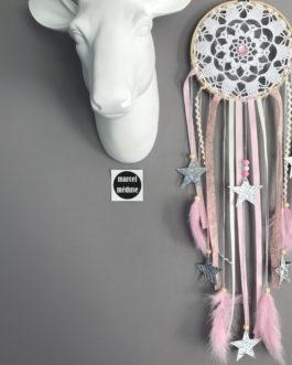 Attrape-rêves / dreamcatcher en dentelle, Liberty capel et étoiles textiles dans des tons de rose poudré et beige