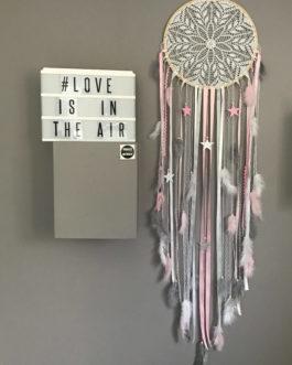 Attrape rêves / dreamcatcher Geant en dentelle, plumes et perles bois tons rose, gris et blanc