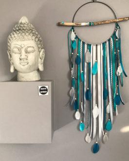 Attrape rêves / dreamcatcher / attrapeur de rêves en bois flotté, plumes et perles bois en camaïeu de bleus – diamètre 25 cm