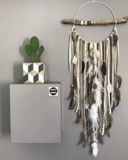 Attrape-rêves en bois flotté, plumes et perles bois coloris beige, marron et taupe – grande dimension