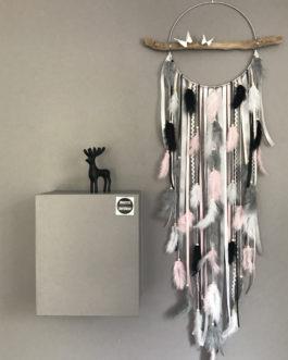Attrape-rêves en bois flotté, plumes et perles bois coloris noir, rose poudré,  gris et blanc  – diamètre 25 cm