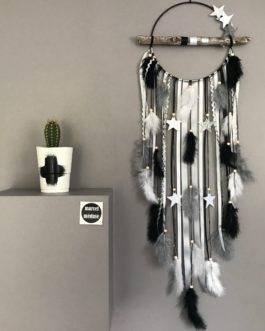 Attrape-rêves dreamcatcher en bois flotté coloris noir, gris et blanc avec étoiles. Diamètre 20 cm