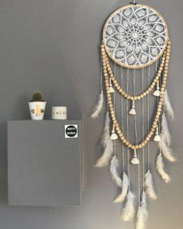 Attrape-rêves dreamcatcher bohème en dentelle, pompons et guirlande de perles bois coloris blanc  – diamètre 27 cm