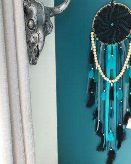 Attrape reves Dreamcatcher en dentelle au crochet noire avec guirlandes de perles et pompons tons noirs, vert emeraude, turquoise et canard