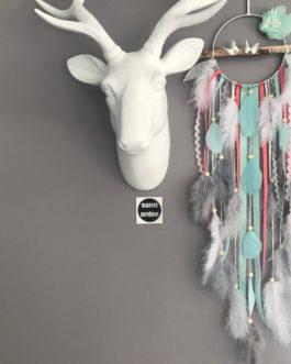 Attrape-rêves dreamcatcher en bois flotté dans les tons de mint, corail, blanc et gris avec fleurs tissus