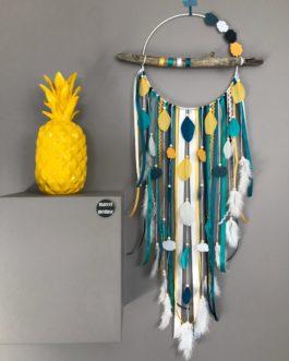 Attrape-rêves en bois flotté, plumes et perles bois coloris bleu marine, turquoise moutarde et bleu canard  avec nuages – grande dimension