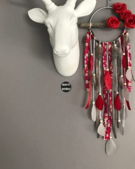Attrape-rêves Dream catcher en bois flotté, coloris rouge, taupe et gris avec roses rouges