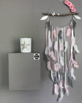 Attrape rêves Dreamcatcher en bois flotté, coloris rose poudré, gris et blanc avec fleurs et papillons – diamètre 25 cm