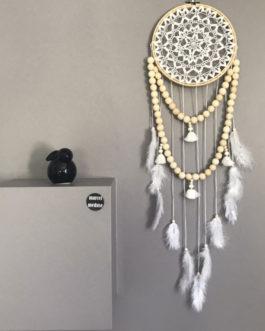 Attrape-rêves dreamcatcher bohème en dentelle, pompons et guirlande de perles bois coloris blanc  – diamètre 20 cm