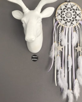 Attrape-rêves en dentelle dans des tons de blanc, beige et parme avec étoiles