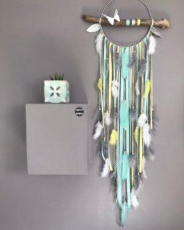 Attrape rêves Dreamcatcher en bois flotté coloris jaune pastel, mint, gris avec papillon origami – grande longueur