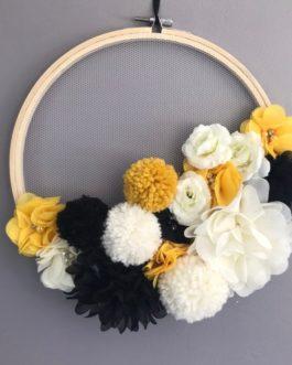 Couronne de fleurs et pompons – Tons moutarde, noir et blanc cassé – diametre 24 cm