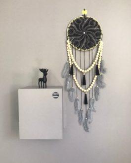 Attrape reves Dreamcatcher en dentelle au crochet noire avec guirlandes de perles et pompons noirs, plumes grises