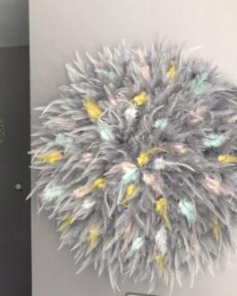 GEANT jujuhat / juju hat handmade en plumes naturelles 55 cm de diamètre – coloris gris avec touches de jaune, mint, blanc et rose poudré
