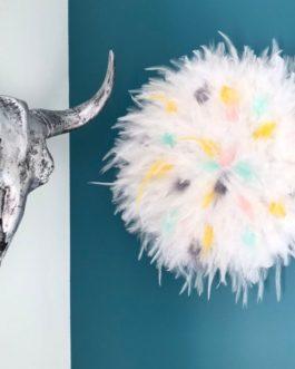 jujuhat / juju hat handmade en plumes naturelles 45 cm de diamètre – coloris blanc avec touches de jaune, mint, rose poudré et gris