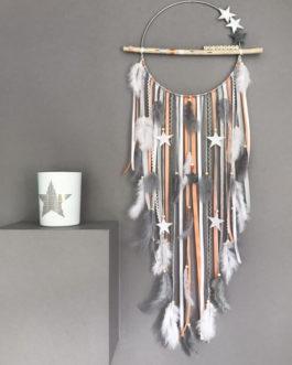 Attrape rêves / dreamcatcher / attrapeur de rêves en bois flotté, dentelle, plumes coloris corail, gris et blanc avec étoiles prénom