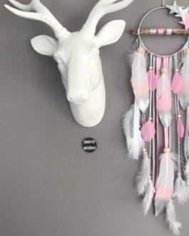 Attrape-rêves en bois flotté dans des tons de gris, rose et blanc avec étoiles et plumes peintes