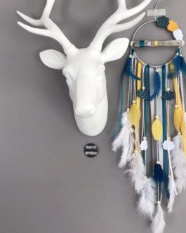 Attrape-rêves / dreamcatcher en bois flotté dans des tons de gris, bleu, moutarde et blanc avec nuages