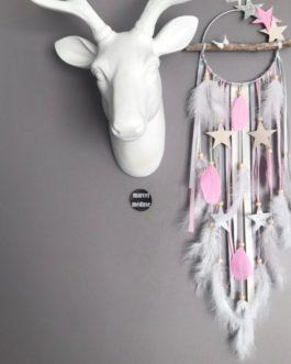Attrape-rêves en bois flotté dans des tons de gris, rose, beige et blanc avec étoiles