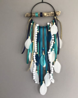 Attrape-rêves dreamcatcher en bois flotté dans des tons de turquoise, bleu canard, doré et blanc