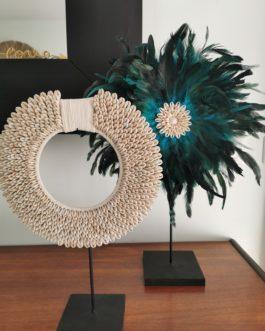 Jujuhat / juju hat en plumes 40 cm de diamètre – coloris vert bleu canard avec centre coquillages