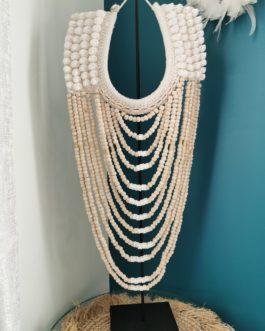 Collier perles coquillages balinais Modèle Ohio sur socle