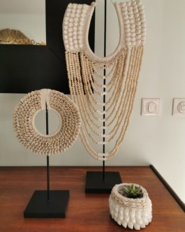 Collier décoratif en coquillages cauries sur socle – collier papou petit modèle