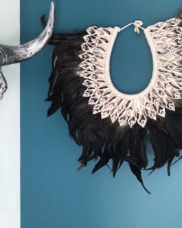 Collier papou en plumes naturelles et coquillage Modèle Oma