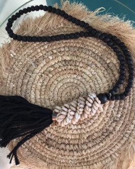 Collier déco ou pompon de porte coquillages coloris noir et ecru avec perles bois
