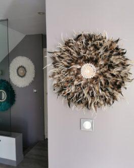 Jujuhat / juju hat XL en plumes 55 cm de diamètre – coloris taupe, écru et marron centre coquillages