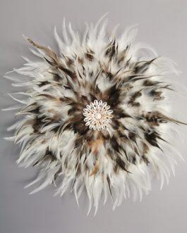 Jujuhat / juju hat en plumes 45 cm de diamètre – coloris écru, fauve, marron avec centre coquillages