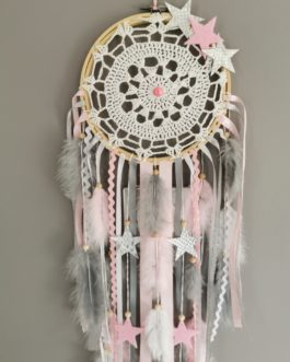 Attrape-rêves / dreamcatcher en dentelle avec étoiles tissus dans des tons de rose, blanc et gris