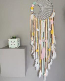 Attrape rêves / dreamcatcher / attrapeur de rêves coloris moutarde, pêche, rose poudré, mint et blanc avec tissage soleil