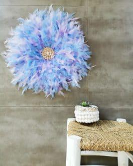 A Jujuhat / juju hat en plumes 50 cm de diamètre Taille L – coloris bleu pale et mauve centre coquillages