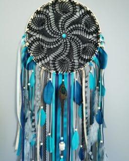 A Grand Attrape rêves / dreamcatcher en dentelle noire, plumes et perles bois coloris bleu canard, doré et gris